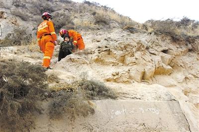 两女被困兰山山腰 消防官兵成功救援