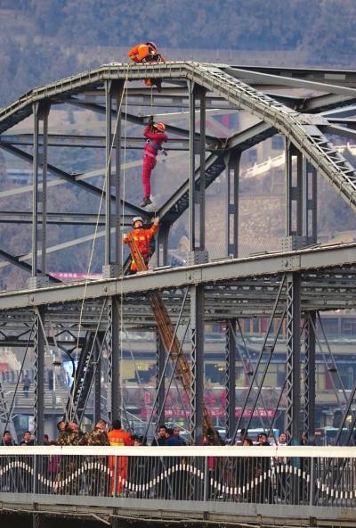 一对男女爬上兰州中山桥 公安消防苦劝4小时