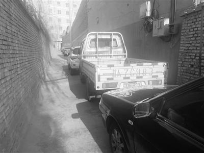 兰州市民反映:小巷汽车乱停放 影响市民通行