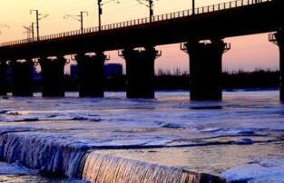 甘肃戈壁内陆河寒冬时节景色壮美