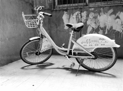 """兰州一公共自行车丢在小区角落""""蓬头垢面"""""""