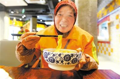 """兰州市9000余名一线环卫工本月中旬起可享受免费""""爱心早餐"""""""