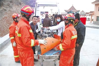 白银:女生出游跌落山涧 无人机协同消防员救援