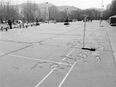 兰州百合公园健身广场年久失修坑洼遍地 市民呼吁快快整修