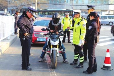 兰州城关交警大队集中整治黑摩托车(图)