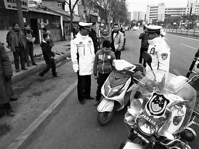 10岁娃骑摩托上路溜达 兰州龚家湾交警拦停(图)