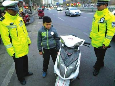 兰州10岁男孩骑摩托狂奔交警蜀黍惊出一身冷汗(图)