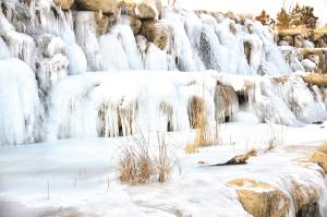张掖三九寒天现冰瀑美景