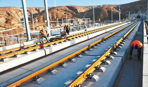 工人在定西宝兰客运专线西川区间施工(图)