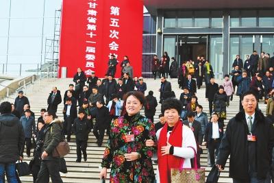 政协甘肃省十一届五次会议胜利闭幕 政协委员步出会场