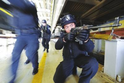 聚焦春运|兰州铁路局银川客运段车库内 特警开展防暴应急演练(图)