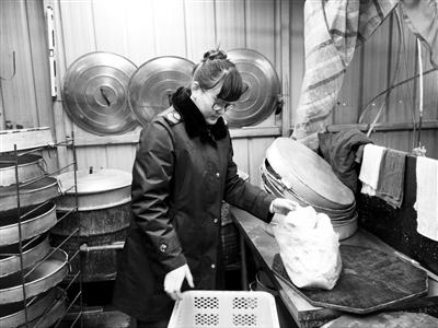 兰州西固区一藏身居民院内酿皮黑作坊被取缔