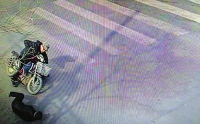 兰州:驾驶电动车撞伤行人逃逸 谁见过这名男子 交警叔叔在找他(图)