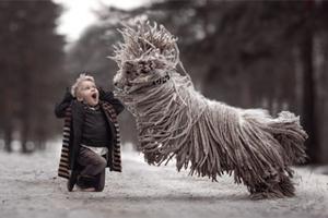 宠物狗跟4岁小男孩雪地嬉戏(组图)