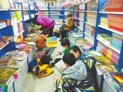 兰州童书市场持续火爆 记者支招如何正确选购童书(图)