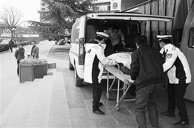 兰州交警开道 15分钟护送危重病人入院(图)