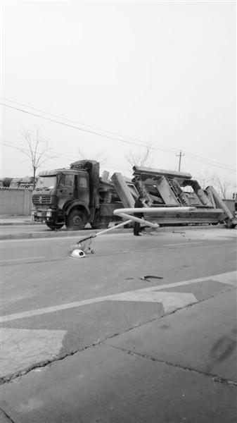 兰州市民反映:深安大桥南口路灯被撞倒地阻碍交通