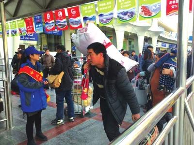 兰州:记者跟踪采访春运回家农民工时发现——大多数人不会网购买火车票全靠排队