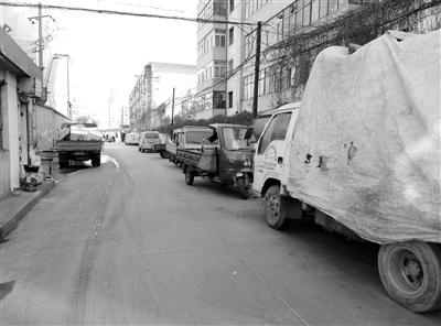 兰州雁滩一禁停巷道车辆成排 市民出行大受影响