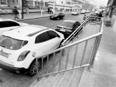兰州市民反映:违停车辆挡住无障碍通道 市民盼清查