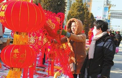 春节临近 白银会宁县街头节日商品走俏(图)