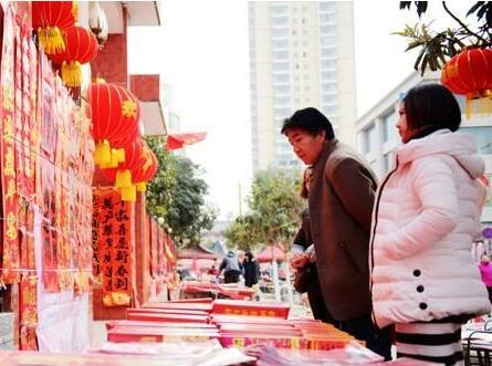 陇南徽县群众选购大红灯笼、中国结、春联等吉祥物