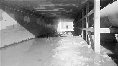 兰州西固区古浪北路铁路涵洞内结冰市民难通行