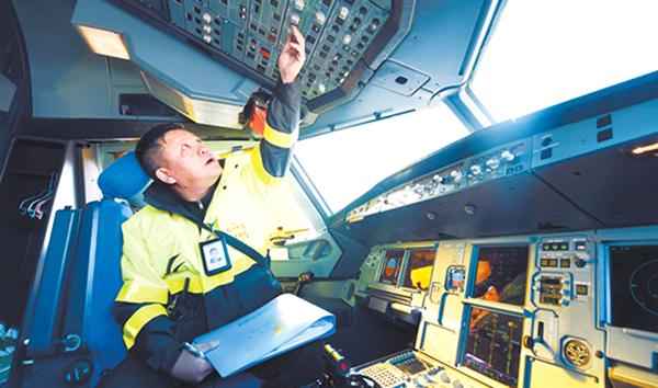 """兰州中川国际机场飞机""""体检师""""护航春运"""