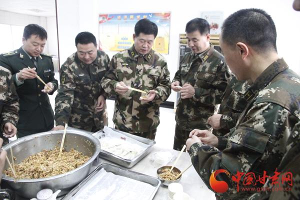 白银支队4名在家党委成员与24名新兵一起包饺子叙兵情过除夕