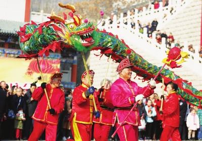 兰州金城关文化庙会上一支由老人组成的舞龙队伍(图)