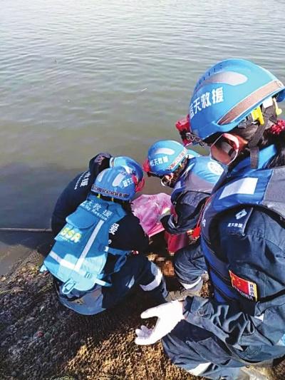 白银:为搜救落水父子俩他们在黄河上度过春节(图)