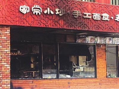 """兰州张掖路一餐馆着火 消防队员紧急抢救出5个""""火罐""""(图)"""