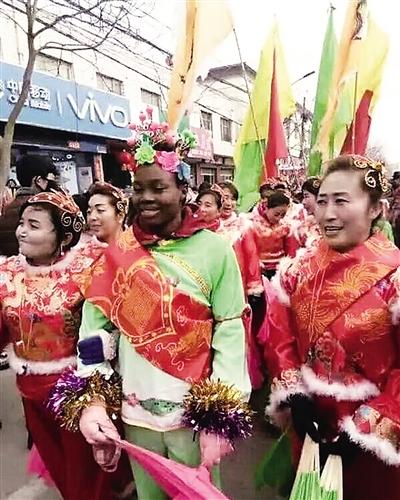 """""""洋媳妇""""耍社火 庆阳镇原社火队""""明星外援""""引喝彩(图)"""