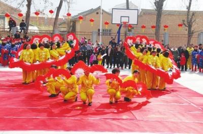 陇南礼县城关镇东台村村民举行春节文艺汇演(图)