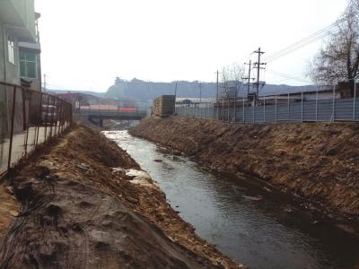 记者走访——兰州市多条泄洪道污水横流 市建设局计划年底前完成治理
