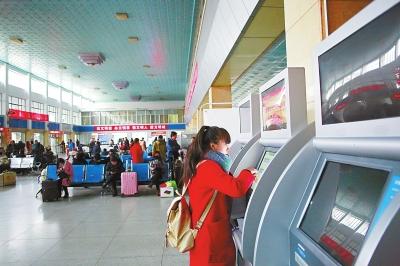 旅客在兰州汽车东站自助售取票机上购取车票(图)