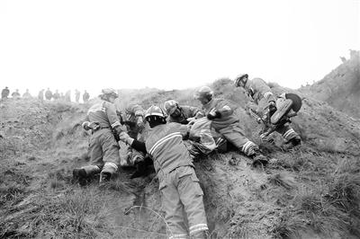 雪天路滑 白银平川一微货坠20米山崖致2死3伤