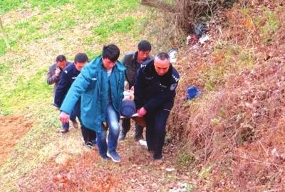 老人跌下路坎昏迷 陇南成县警民合力援救