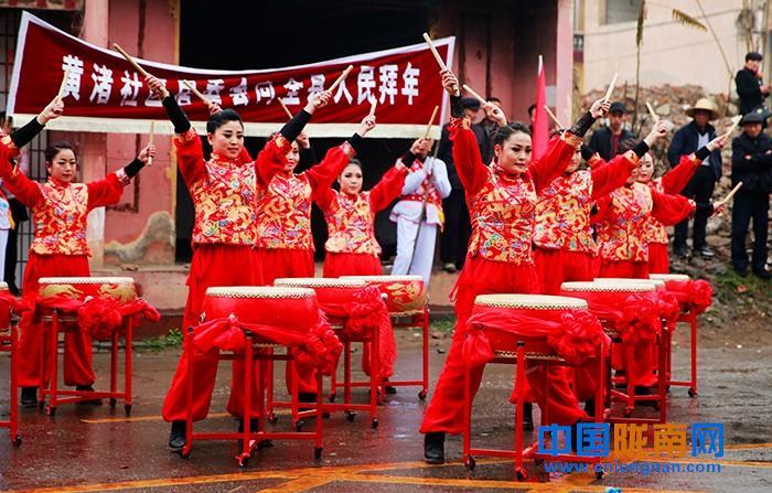 陇南成县黄渚镇社区居委会社火队正在表演(图)