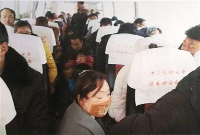 兰州:过道里还有抱小孩的 50座客车塞了88个人
