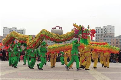温暖中国丨耍社火猜灯谜 欢欢乐乐闹元宵