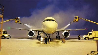 """甘肃省民航机场集团给飞机除""""冰甲"""""""
