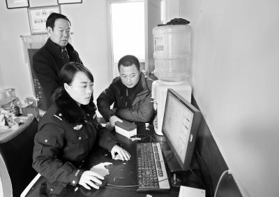 庆阳华池县城区交巡警大队工作人员进行指纹采集工作(图)