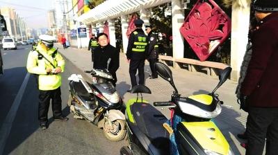 兰州东岗交警大队组织警力整治电瓶车(图)