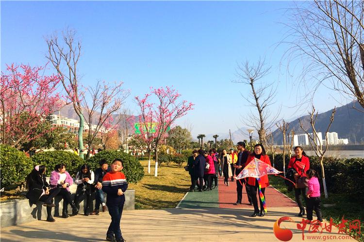 """陇南武都区东江湿地公园内市民""""撒欢儿""""感受春天(图)"""