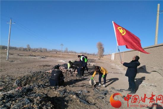 张掖市合黎镇开展徒步黑河6公里活动 团员争当志愿者(图)