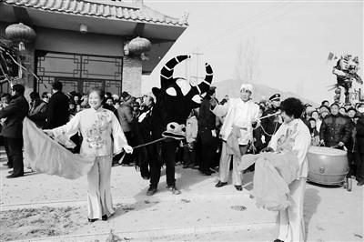 """张掖临泽元宵看""""惊牛"""" 河西古老习俗受热捧"""