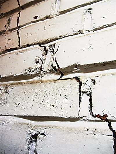 客厅下陷围墙也倒了 兰州这样的小区到底得了啥病?