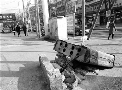 兰州城事映像:兰州七里河区一处通讯箱倒地 有碍观瞻