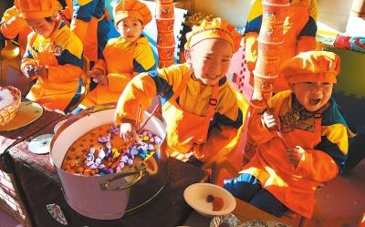 定西渭源县第二幼儿园的孩子们模仿制作小吃(图)